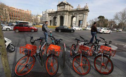 Bicicletas y monopatines eléctricos frente a la Puerta de Alcalá en Madrid.
