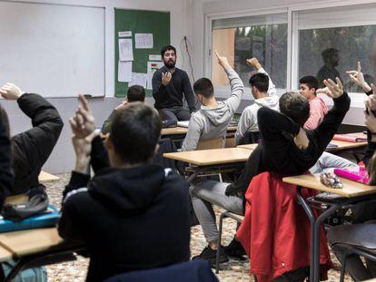 Debate en una clase de 4º de ESO en la escuela La Gavina (Valencia).