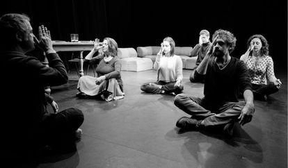 De izquierda a derecha, Pietro Olivera, Gloria Muñoz, Camila Viyuela, Martiño Rivas, Pau Durà y Nuria Mencía, durante un ensayo de 'La respiración'.
