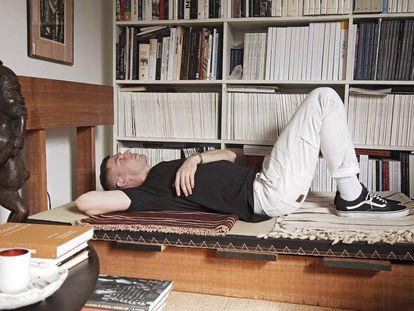 En la cama con Michael Bargo: es uno de los muebles de madera que desarrolla con Green River Project. En primer plano, plato de cerámica de Jordan McDonald.