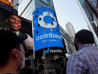 Anuncio de la salida a cotización de Coinbase en la plaza de Times Square en Nueva York, este miércoles.