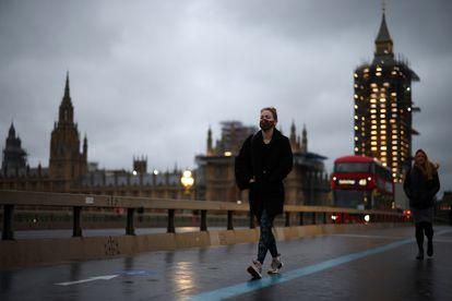Viandantes en el puente de Westminster, en Londres, este miércoles.