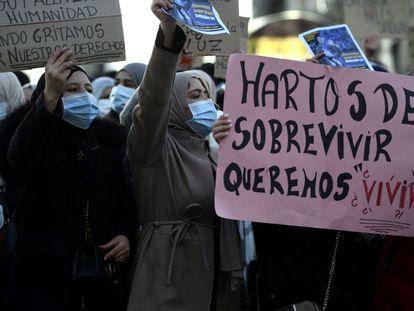 Vecinas de Cañada Real con pancartas reivindicativas durante una manifestación ante la sede del Gobierno regional.