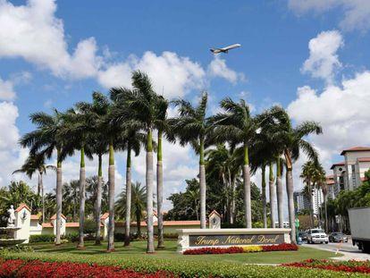 Vista de la entrada al complejo turístico de Trump en Doral, Miami, Florida.