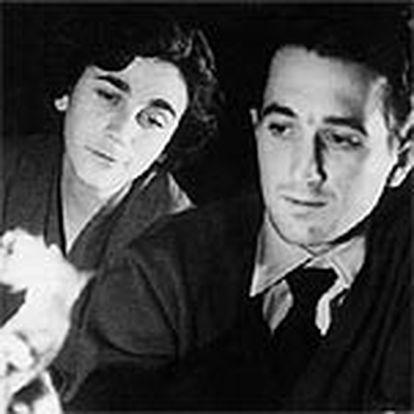 Rafael Sánchez Ferlosio y Carmen Martín Gaite, fotografiados en enero de 1955, tras obtener el escritor el Premio Nadal.
