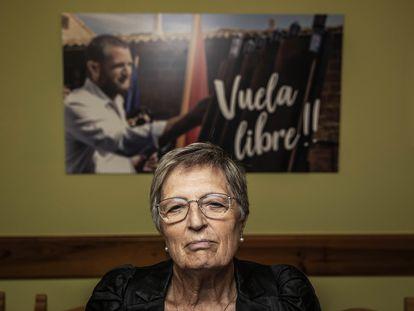 Angelines Amatriain, madre de David Beriain, el periodista asesinado en abril en Burkina Faso, en su casa de Artajona (Navarra).