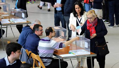 Votantes en un colegio de Girona.