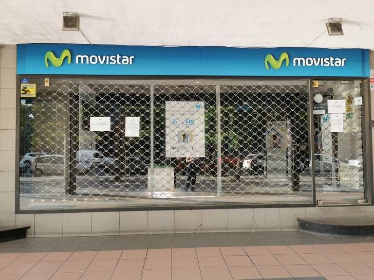 Una tienda de Movistar en Madrid cerrada por el coronavirus.