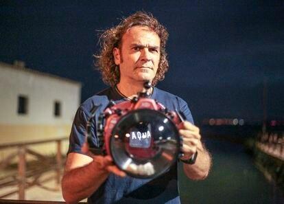 El fotógrafo Javier Murcia posa junto a la carcasa con la que sumerge su cámara bajo el agua.