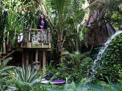 La propietaria de Paraíso Shawnee, Cathy Chasser, en su albergue 'hippie' de Miami, Florida, en una foto de archivo.