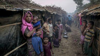 Varias refugiados rohinyás frente a sus refugios en el campo de Bazar de Cox, en Bangladés.
