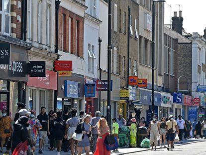 Las calles de Hounslow, un barrio al oeste de Londres donde se ha registrado un aumento de la variante india del virus, llenas de gente este 1 de junio