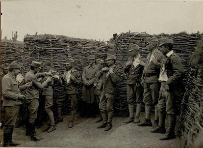En ausencia de antibióticos, los soldados eran vacunados contra el cólera, como estos austríacos en las trincheras.
