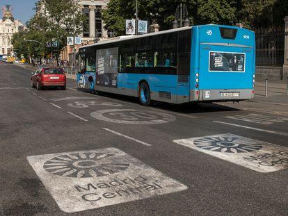 Los distintivos que marcan la zona de Madrid Central en la calle Alcalá