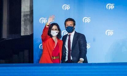 Isabel Díaz Ayuso, presidenta de la Comunidad de Madrid, celebra la victoria del Partido Popular en las elecciones autonómicas del 4 de mayo junto al presidente del partido, Pablo Casado, en la sede del PP en la calle Génova, en Madrid.