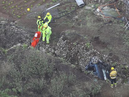 Los rescatistas recuperan este jueves los cadáveres de los cuatros miembros de una familia fallecidos tras precipitarse su vehículo por el barranco Hondo de Gran Canaria.