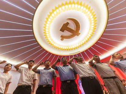 Simpatizantes del Partido Comunista de China durante el acto de conmemoración del Primer Congreso Nacional del Partido en Shanghai, China, el 10 de junio.