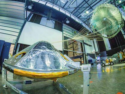 Un modelo de 'Schiaparelli' y su paracaidas.