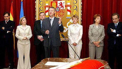 Jesús Caldera preside la toma de posesión de su equipo; junto a él, a la izquierda, Amparo Valcarce.
