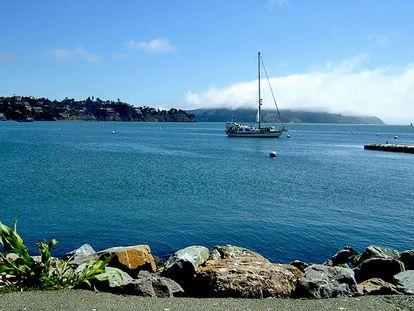 Un velero fondeado en una bahía.