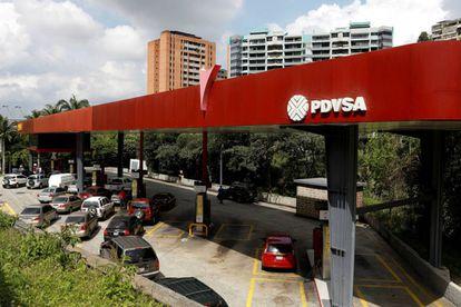 Filas de coches en una estación de Caracas, el pasado noviembre.
