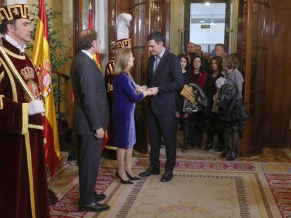 Ana Pastor, presidenta del Congreso, y Pío García-Escudero, presidente del Senado, saludan al secretario General del PSOE, Pedro Sánchez, en la fiesta de la Constitución.
