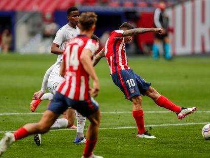 Correa dispara para abrir el marcador ante el Huesca este jueves en el Wanda Metropolitano.