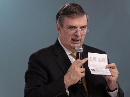 El canciller Marcelo Ebrard explica las nuevas características del pasaporte.