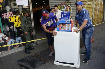 Venezolanos se llevaban los electrodomésticos de las tiendas la pasada semana.
