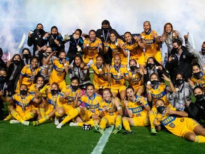 Las jugadoras de Tigres celebran el título.