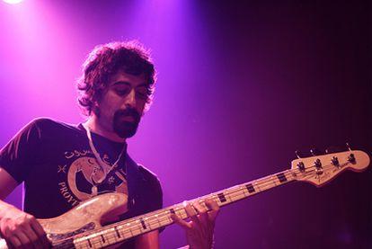 El bajista Primitivo Fernández, durante uno de sus conciertos con la banda Supermano.