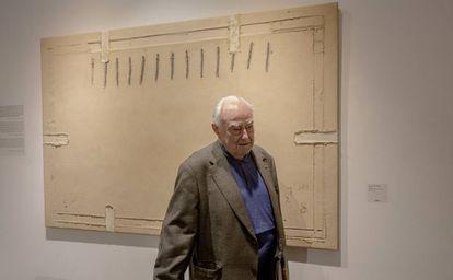 El comisario Arnau Puig, delante de 'Ocre con seis collages'.
