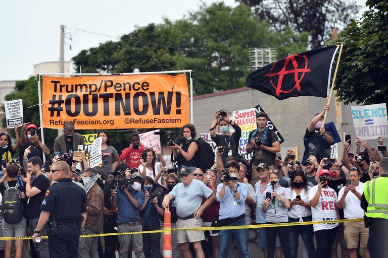 Manifestantes en Kenosha ante la visita de Trump.