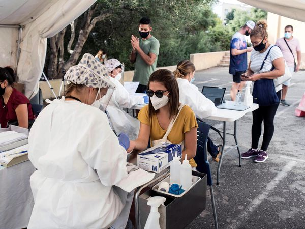 GRAF1651. CIUTADELLA (MENORCA), 08/09/2020.- Empleados del área de Salud de Menorca realizan tests este martes, día de inicio de las pruebas masivas de PCR en Ciutadella con el objetivo de reducir la propagación de la covid-19 en el municipio y cortar la transmisión comunitaria. EFE/David Arquimbau Sintes