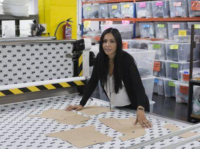 La emprendedora Ángela Sarmiento en la nave industrial de Barcelona donde, bajo la marca Janabebé, fabrica fundas para sillas de coche, carritos de paseo y Maxi-Cosi, así como otros accesorios de puericultura.