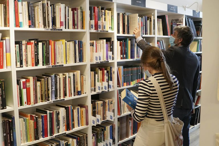 El politólogo Román Echániz busca libros de Calleja en la librería Re-Read