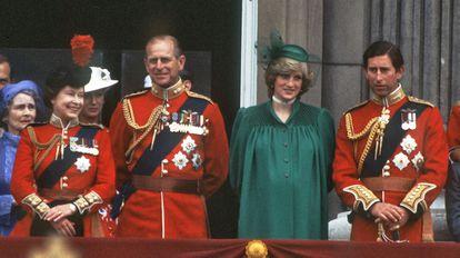 La reina Isabel II, el duque de Edimburgo, la princesa Diana y el príncipe Carlos observan un desfile el 12 de junio de 1982 desde el palacio de Buckingham, en Londres.