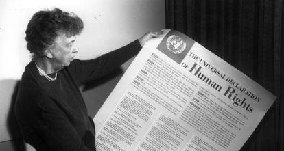 Eleanor Roosevelt sostiene un cartel con la Declaración Universal de los Derechos Humanos.