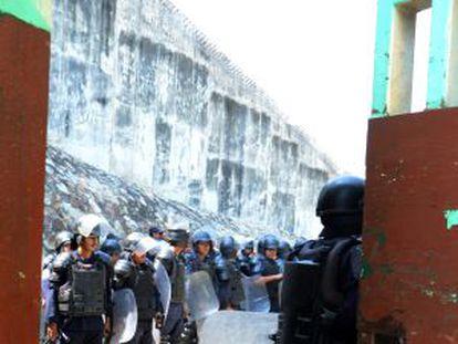 Policías resguardan el penal donde ocurrió la redada.