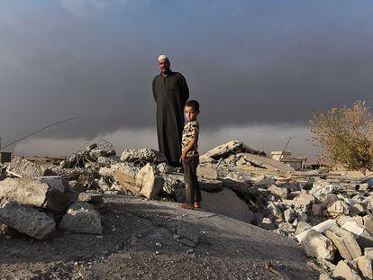 Salih Latif, de 44 años y padre de 15 hijos, pisa una montaña de escombros, remanente de lo que fue su hogar. Un bombardeo de la coalición internacional redujo su casa junto con el grupo de milicianos del ISIS que allí se resguardaron a una pila de piedras y amasijo de hierros. Su familia logró huir poco antes, con lo puesto.