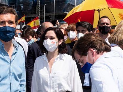 El presidente del PP, Pablo Casado (izquierda) junto a la presidenta en funciones de la Comunidad de Madrid, Isabel Díaz Ayuso, y el alcalde de Madrid, José Luis Martínez Almeida, este domingo en Madrid.