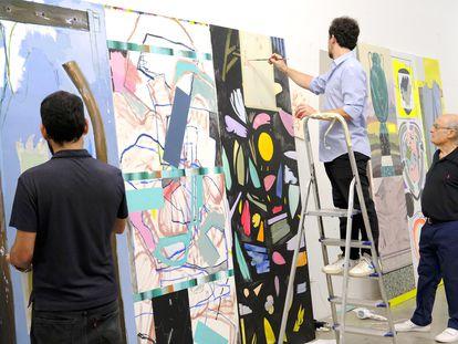 Rubén Guerrero, a la izquierda, Miki Leal y Luis Gordillo trabajando en 'Tríplex 2', en el estudio de Gordillo en Madrid.