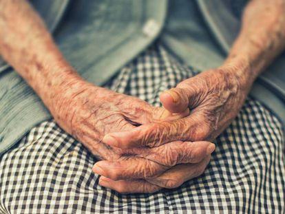 Las manos de una mujer mayor.