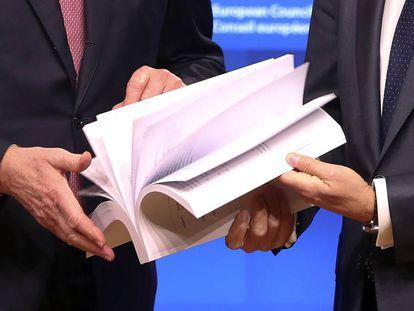 El negociador de la UE, Michel Barnier (izquierda), y Donald Tusk hojean el acuerdo de salida en noviembre en Bruselas.