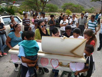 Entierro de Erick Altuve, niño venezolano fallecido de cáncer mientras esperaba un transplante de médula ósea, el pasado jueves en Caracas.