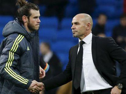 Jémez saluda a Bale tras el partido contra el Real Madrid.