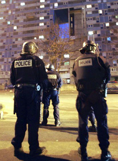 Policías en el barrio periférico de París 4.000 Sud, en enero de 2006.