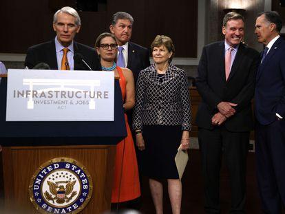 Senadores republicanos y demócratas hablan a la prensa tras la aprobación para iniciar el debate.