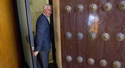 Javier Arenas, el pasado miércoles por la tarde, en una de las puertas de entrada al salón de plenos del Parlamento andaluz.