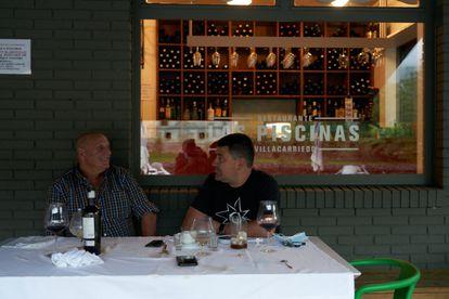Dos pobladores de Villacarrido conversan en el restaurante Las Piscinas.